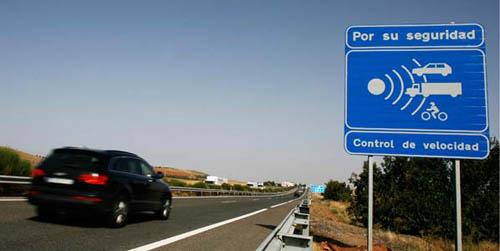 Autovía con señalización de radar
